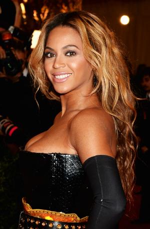 Beyoncé en robe serpent sur un tapis rouge