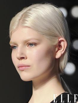 Cheveux blond platine