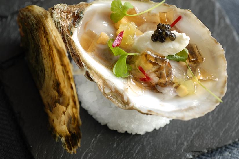a6917340-bd9c-4c61-b50c-d347e5a6bf68-huitres-beausoleil-a-la-gelee-de-champagne-et-au-caviar-de-jerome-ferrer-europea-jpg