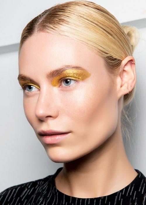 Teintes métallisées: comment adopter la tendance maquillage cet été