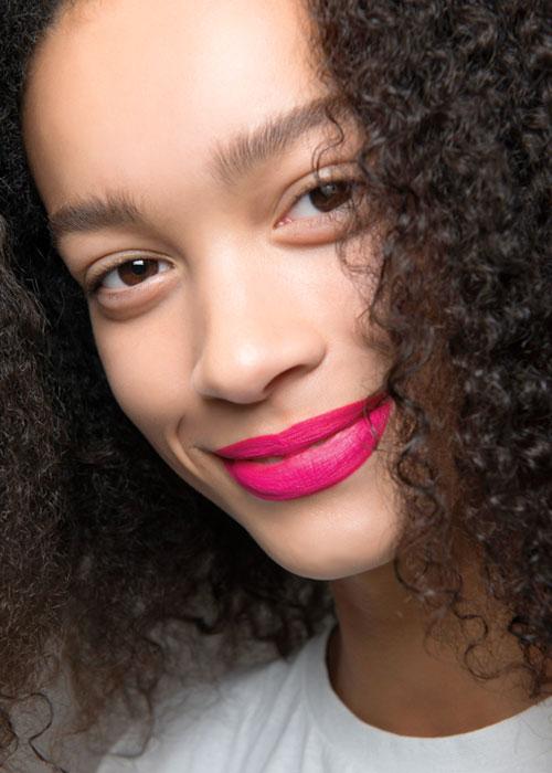 Couleurs néons: comment adopter la tendance maquillage cet été
