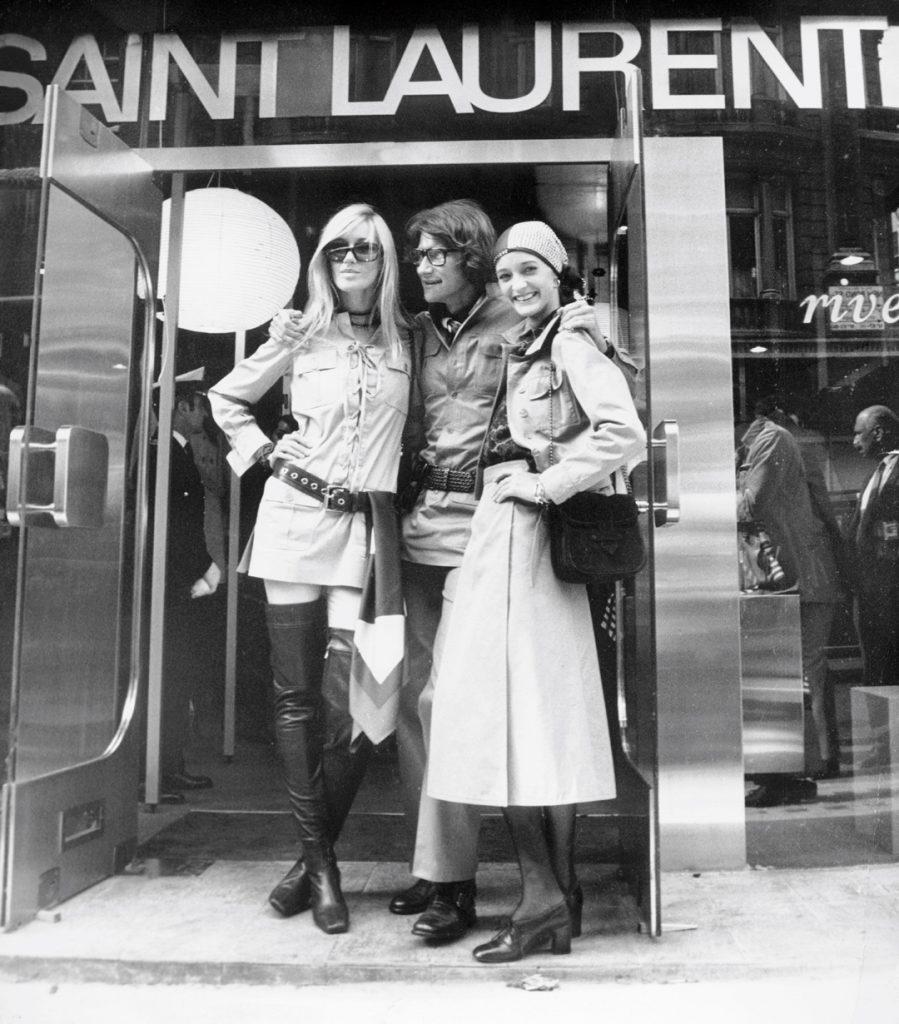 Yves Saint Laurent entouré de ses deux muses